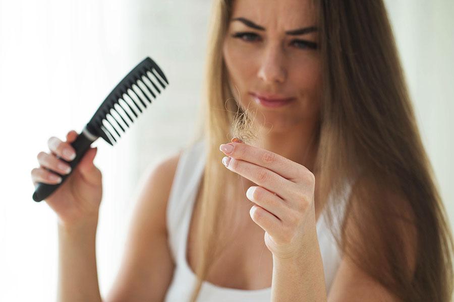 cabello-pelo-caida-hormonal-vitamina-temporada-dermatologia-dermatolego-especialista-dr-lopez-gil-consulta-barcelona-clinica-teknon