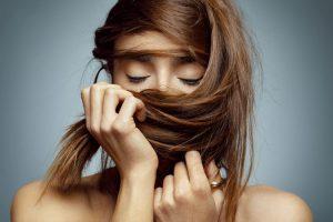 caida-cabello-pelo-mujeres-mujer-tratamiento-alopecia-femenina-hormonas-dermatologo-barcelona-doctor-lopez-gil-teknon