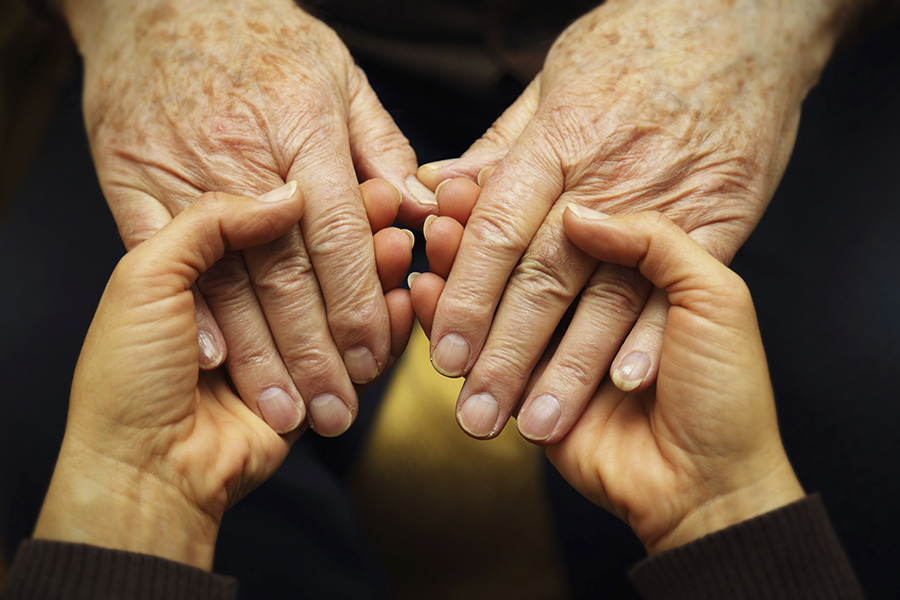 tratamiento-manchas-manos-sol-edad-lentigos-laser-neodimio-Nordlys-Ellipse-vejez-estetica-medico-dermatologia-dermatologo-dr-lopez-gil-teknon-barcelona-min