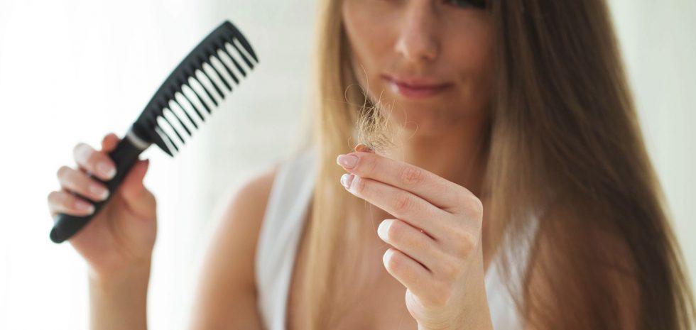 dermatologo-barcelona-caida-cabello-pelo-mujeres-femenina-alopecia-areata-androgenetica-vitaminas-estado-animico-temporada-dermatologia-dr-lopez-gil-consulta-barcelona-clinica-dermatologica-teknon